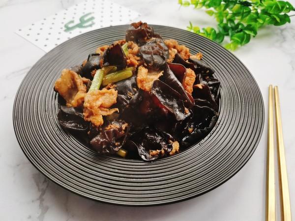 木耳芹菜炒肉成品图