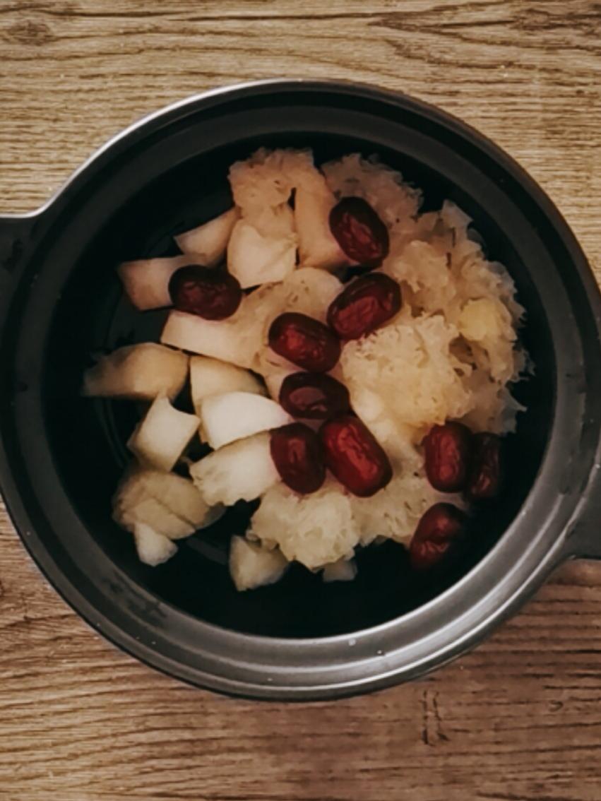 银耳红枣雪梨汤的家常做法