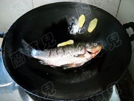 蒜香金针鲫鱼怎么吃