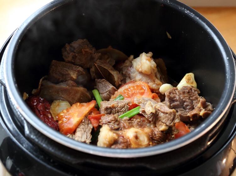 胡萝卜土豆炖牛肉的家常做法