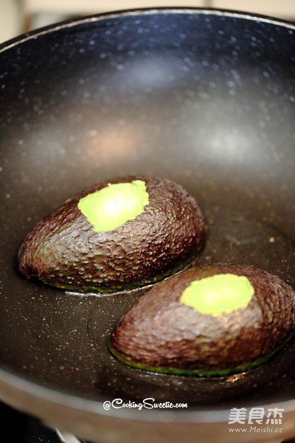 鱼子酱牛油果煎鸡蛋的简单做法