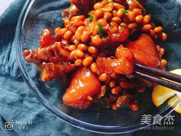 满满胶原蛋白的黄豆焖猪蹄成品图