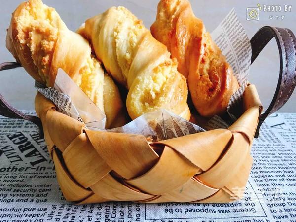 金黄诱人的椰蓉扭扭条面包成品图