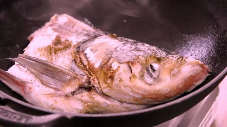 刷锅鱼头豆腐汤的简单做法