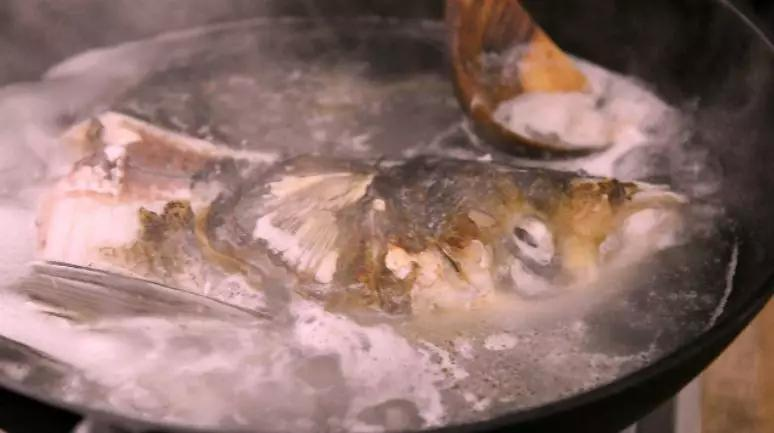 刷锅鱼头豆腐汤怎么吃
