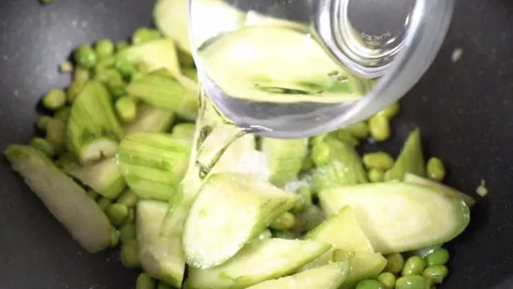丝瓜炒毛豆的简单做法