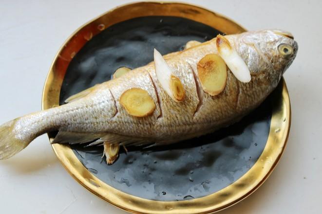 葱油黄花鱼的家常做法
