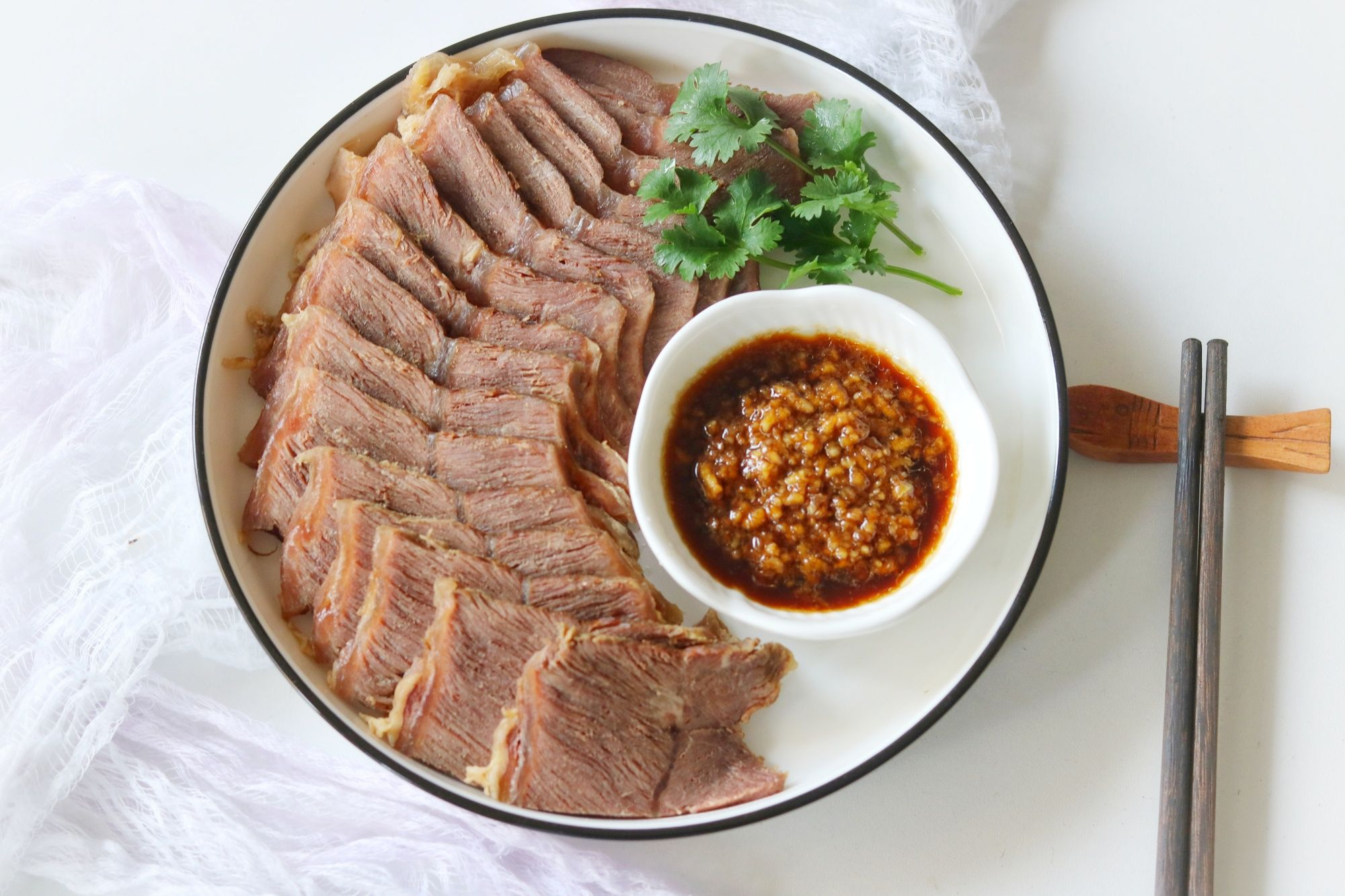 好吃到舔盘的卤牛肉成品图
