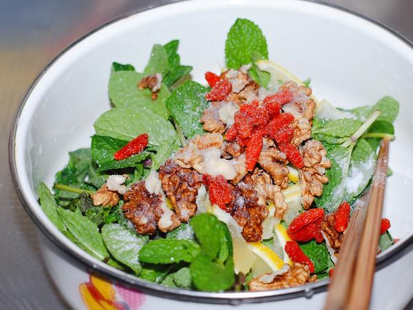 石香菜拌核桃仁的家常做法