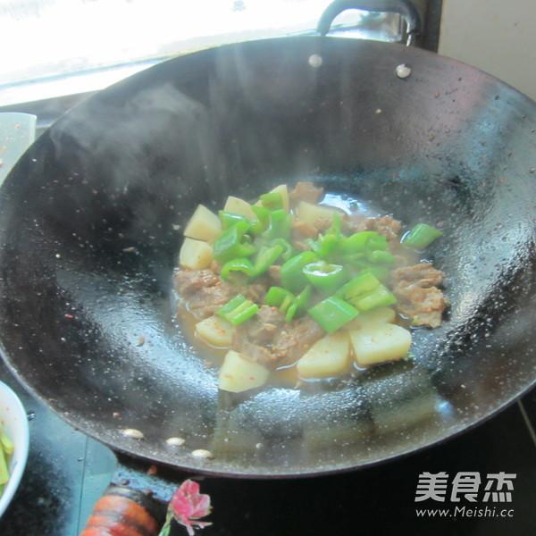 青椒牛腩烧土豆怎么煸
