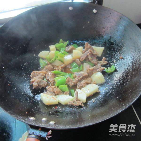青椒牛腩烧土豆怎样煸