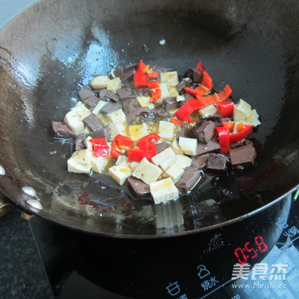西芹猪血豆腐丁怎么煮