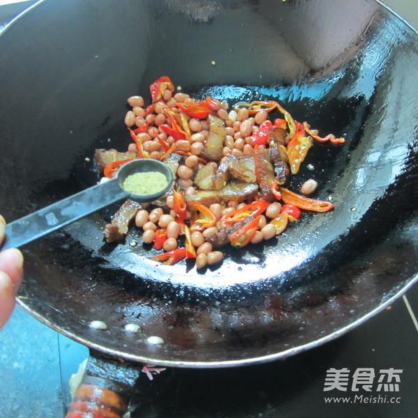 花生米炒腊肉怎么煮