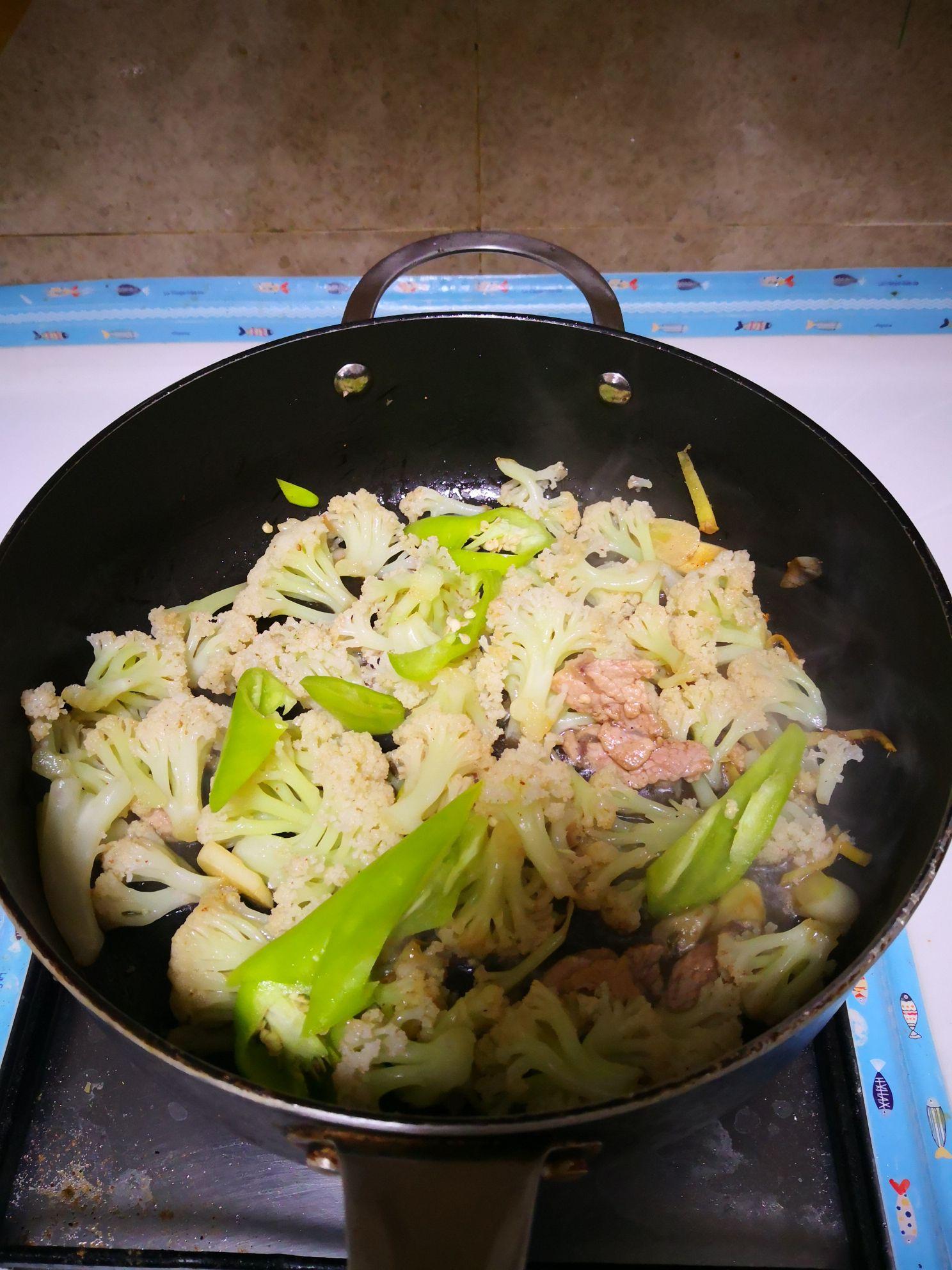 尖椒炒菜花怎么做