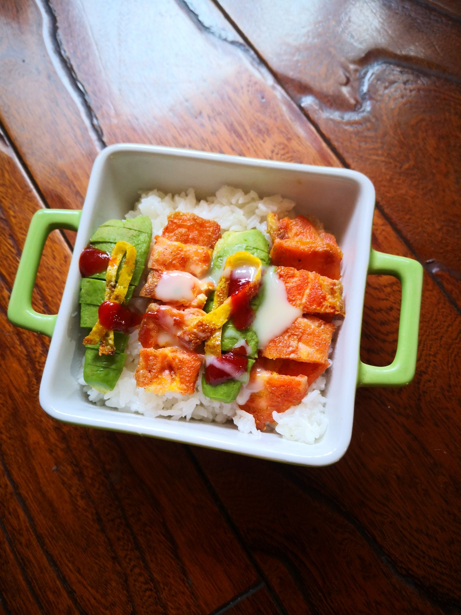 三文鱼牛油果米饭成品图