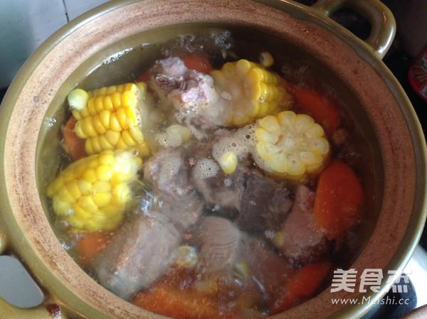 胡萝卜玉米猪骨汤的家常做法