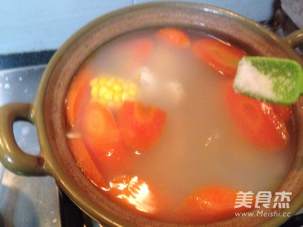 胡萝卜玉米猪骨汤的简单做法