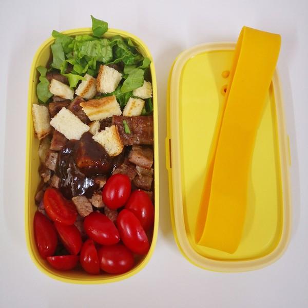 牛排吐司沙拉成品图