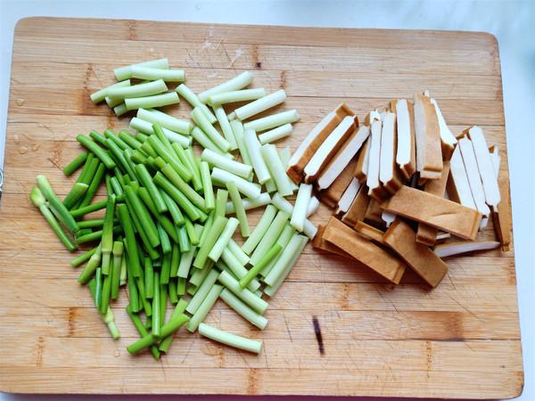 阿赐酱腊肠炒香干蒜苗的简单做法