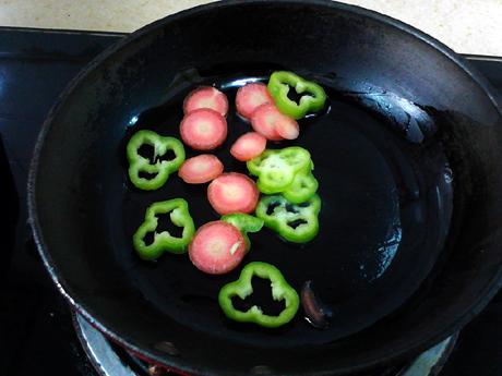 焙煎芝麻苹果炒方便面丘比沙拉汁的步骤