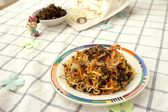 银鱼海苔胡萝卜炒方便面的制作