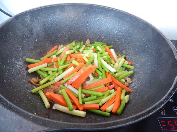 胡萝卜蒜苔炒肉怎么煮