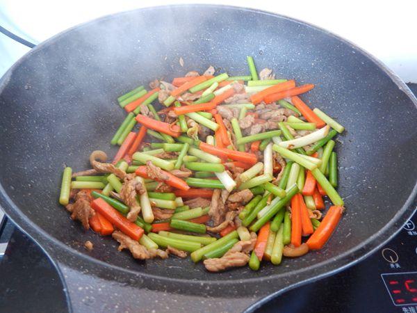 胡萝卜蒜苔炒肉怎么炖