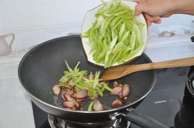 地方特色腊肉炒芹菜怎么吃