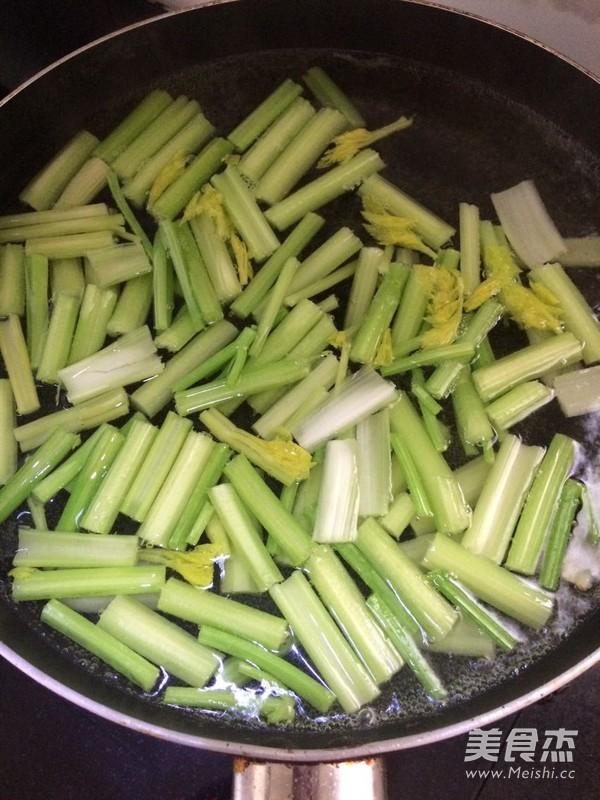 凉拌芹菜花生的做法图解