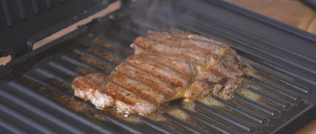 炒鸡饱腹的烤土豆牛排餐的步骤