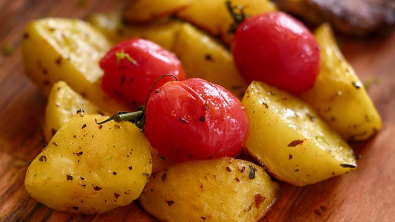 炒鸡饱腹的烤土豆牛排餐成品图
