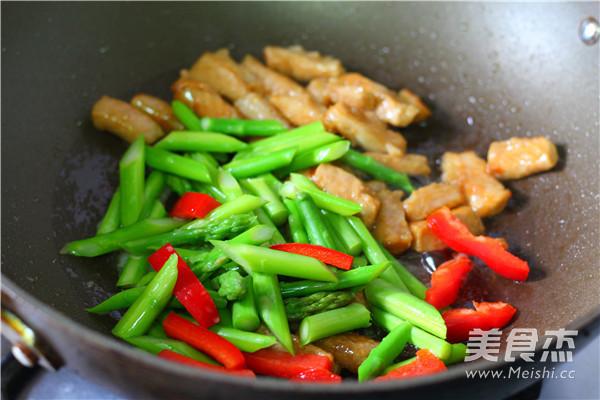 芦笋炒猪柳的简单做法