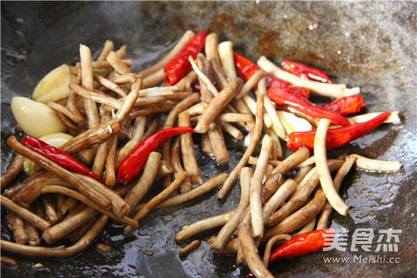 干锅茶树菇怎么吃