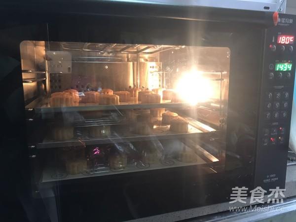 莲蓉蛋黄广式月饼的制作