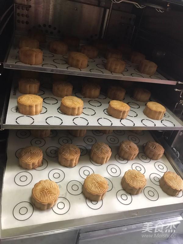 莲蓉蛋黄广式月饼的制作方法