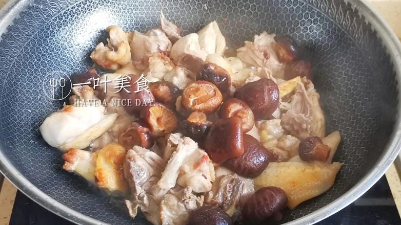 土锅冬菇栗子焖鸡的步骤