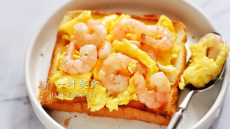 脆嫩鲜香,虾仁炒鸡蛋三明治成品图