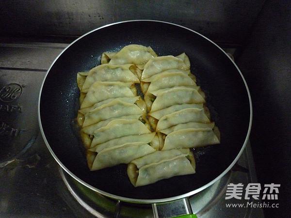 猪肉三鲜锅贴的制作方法