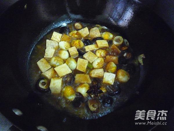 香菇冻豆腐烧鹌鹑蛋怎么煸