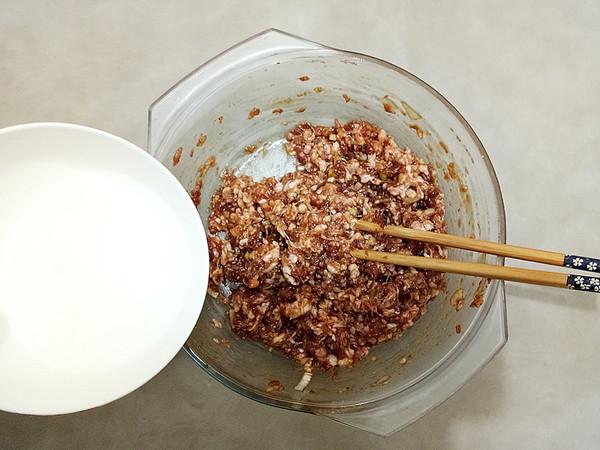 胡萝卜木耳鲜肉锅贴的简单做法