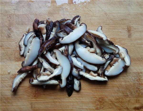 白菜香菇炒肉丝的步骤