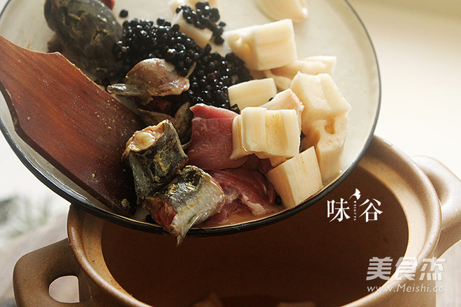 莲藕黑豆煲鲶鱼汤怎么吃
