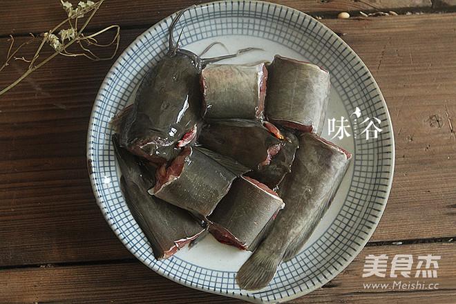 莲藕黑豆煲鲶鱼汤的家常做法