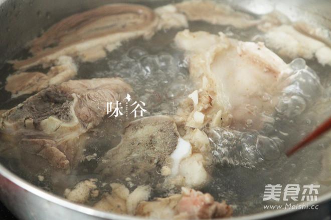 棒骨菌菇汤的做法图解