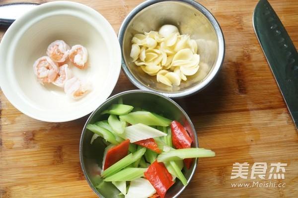 西芹百合炒虾仁的简单做法