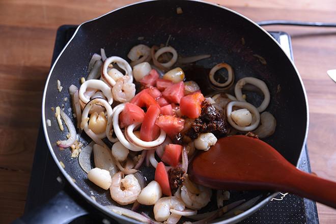 海鲜番茄闷蛋意面怎么吃
