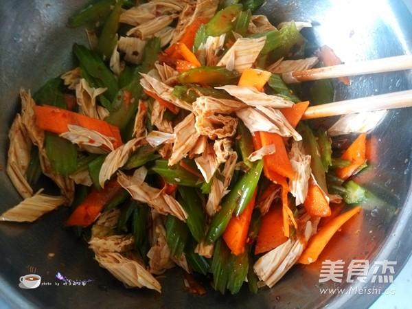 芹菜拌腐竹怎么煸