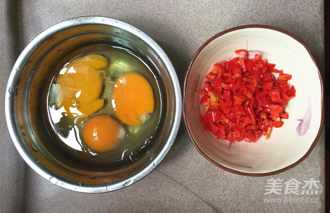 青蒜叶红椒煎蛋的简单做法