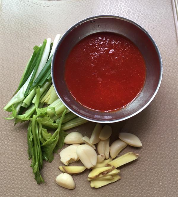 红酸汤三文鱼头鸭血煲的简单做法
