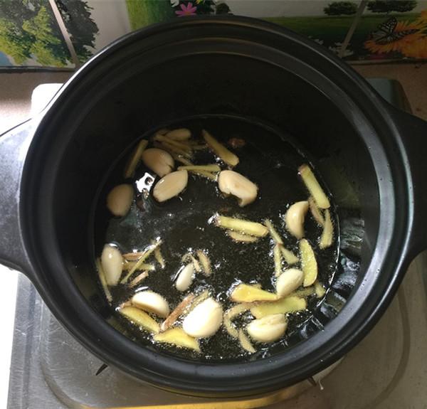 红酸汤三文鱼头鸭血煲怎么炒